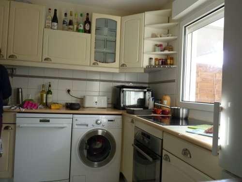 L'appartement - Une cuisine toute équipée (lave-linge, lave-vaisselle, four et plaque moderne de cuisson), un agréable séjour plein ouest