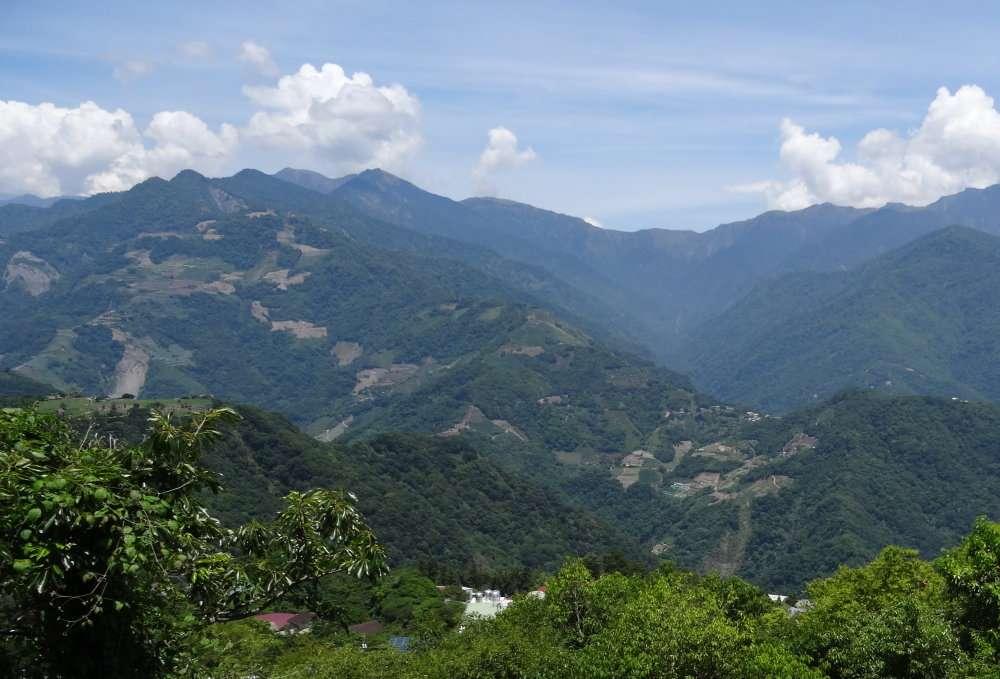 17 Ci dessous depuis la ferme Qingjing vue sur les monts dont les contreforts sont déboisés à des fins agricoles