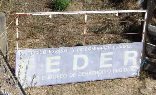 23 Une plaque FEDER Fond Européen de Développement Régional est reconvertie en portail daccès à une prairie humour