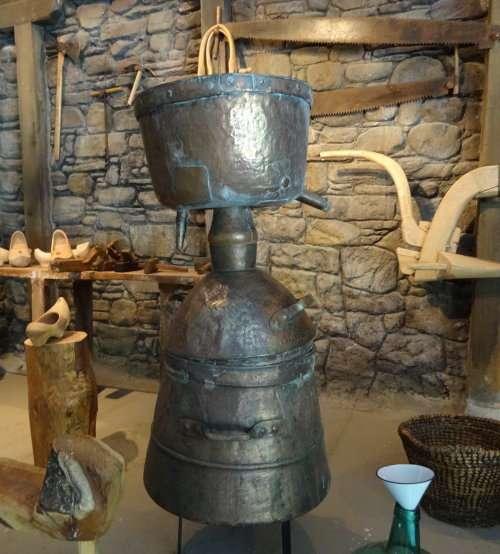 25 Alambic permettant de distiller de leau de vie à partir de marc de raisin ou de pomme et produisant 22el orujo22 dans la région de Potes Liébana à lest des pics dEurope