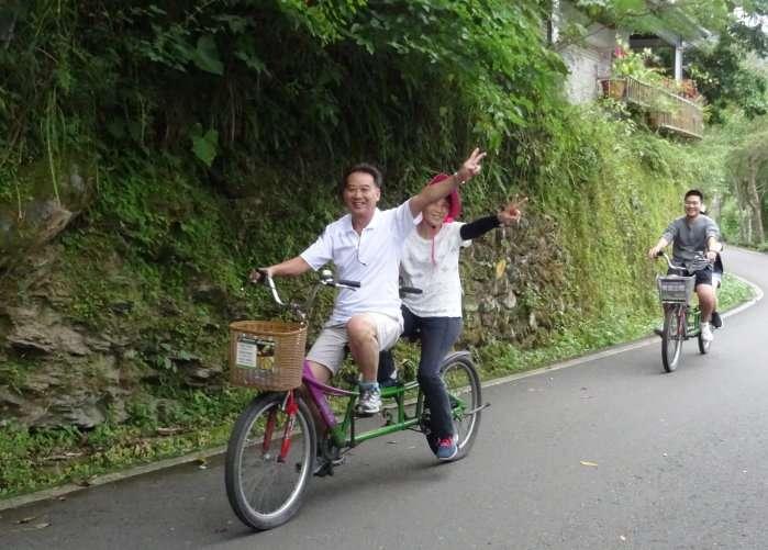 """Un couple en tandem autour du lac Liyu se met immédiatement en """"pose photo"""", avec le sourire de rigueur et le V (de Victoire ?) comme tous les Asiatiques que nous avons croisés"""