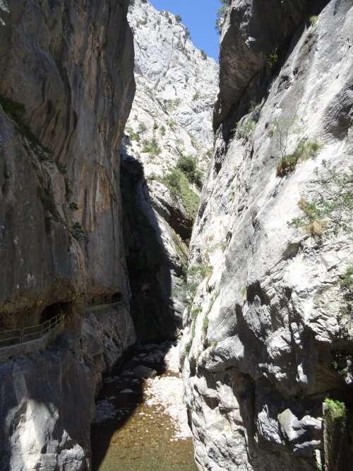 30 Chemin spectaculaire creusé dans la falaise parallèlement au canal qui est la plupart du temps invisible. Il relie le village de Cain à Poncebos distant de 11 km