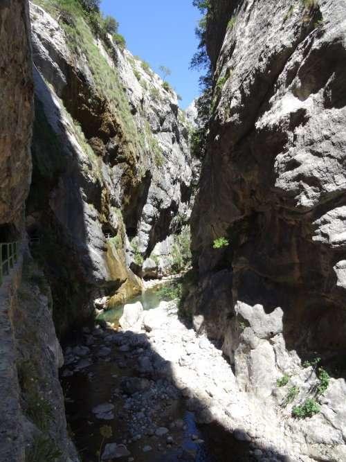 31 1e sentier du Cares 1915 et 1921 apparait lors de la construction dun large canal destiné à lalimentation de la centrale hydroélectrique de Camarmeña