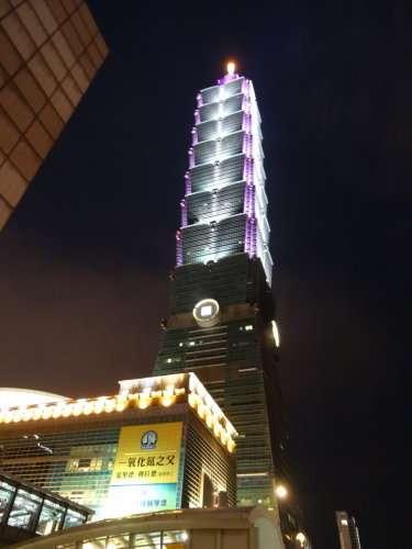 La Tour 101 (台北101), le plus haut gratte-ciel du monde jusqu'en 2010, et sa sphère de stabilisation en cas de cyclones ou de séismes
