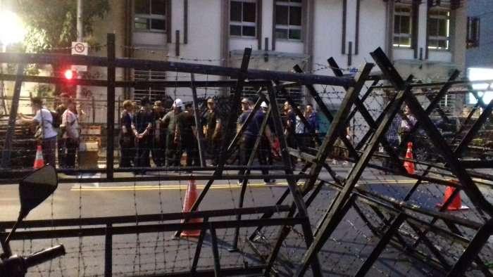 44 Barricades dans une rue proche de notre hôtel en prévision de la manifestation des vétérans protestant contre la baisse de leur pension de retraite