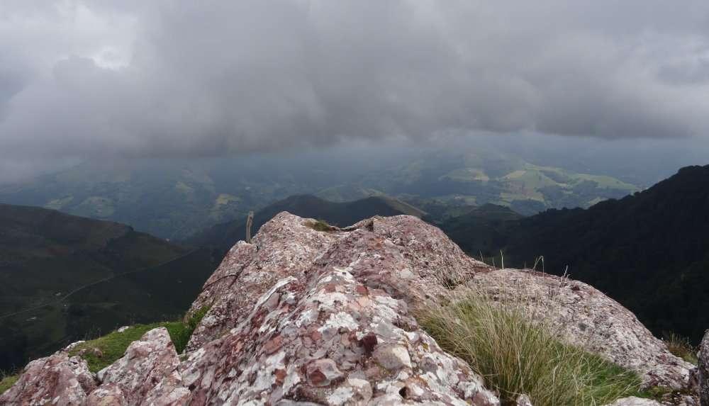 60 La teinte rouge caractéristique de ces roches sur le fond encore assombri par lépaisse couche de nuages.