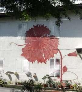 Très jolie fresque murale faisant penser à une fleur d'hibiscus
