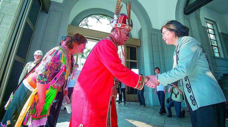 Photo: La Présidente de Taiwan Tsai Ing-wensalue les représentants aborigènes en costumes traditionnels -